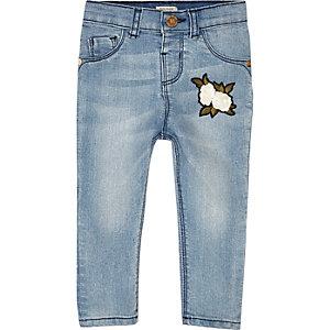 Skinny jeans met blauwe wassing en badge voor mini girls