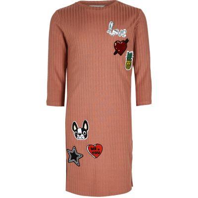 Roze geribbelde kokerjurk met badges voor meisjes