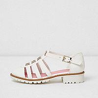 Weiße, strukturierte Sandalen