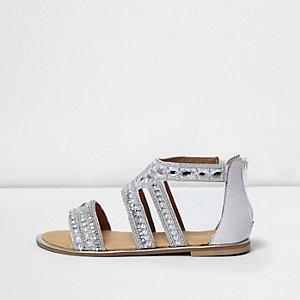 Silberne, flache Sandalen mit Strassverzierung