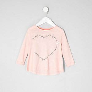 Pinkes T-Shirt mit Herzmotiv