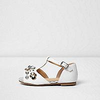 Weiße, verzierte Sandalen mit T-Steg