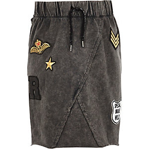 Girls grey acid wash badge skirt