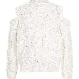 Weißer Pullover mit Zopfmuster und Schulterausschnitten