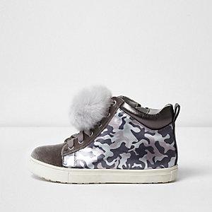 Hohe Sneaker mit Bommeln und Camouflage-Muster