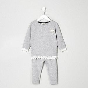 Outfit mit grauem Sweatshirt mit Spitzenbesatz