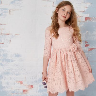 Roze kanten jurk met bloemencorsage voor meisjes