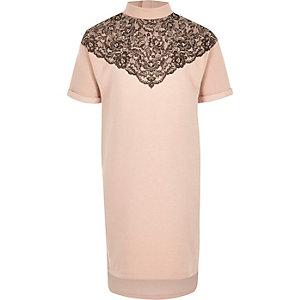 Pinkes, hochgeschlossenes Kleid mit Verzierungen