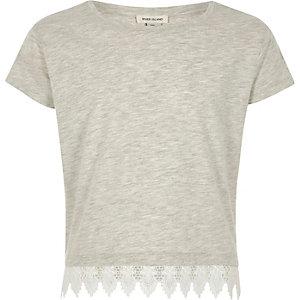 Graues, meliertes T-Shirt mit Häkelbesatz