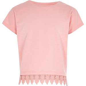 Pinkes T-Shirt mit Häkelbesatz