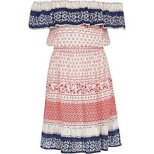 Rotes Bardot-Kleid mit Paillettenverzierung