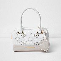 Weiße Tasche mit Perlen und Laserschnittmuster