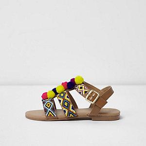 Braune, perlenverzierte Sandalen mit Pompons