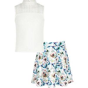 Outfit mit weißem Oberteil und geblümtem Rock
