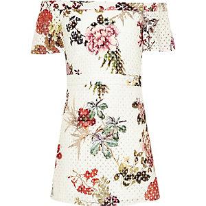 Weißes Bardot-Kleid mit floralem Laserschnittmuster