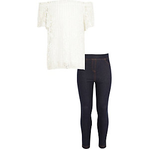Outfit mit plissiertem Bardot-Oberteil in Creme