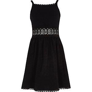 Schwarzes Kleid mit Häkelbesatz