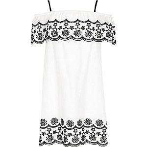 Weißes Kleid mit Rüschen