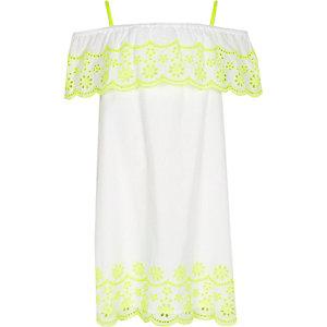 Weißes, verziertes Kleid mit Rüschen