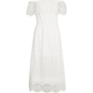 Witte maxi-jurk met kanten ruche en bardothalslijn