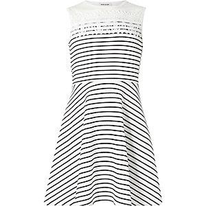Weißes, gestreiftes Kleid mit Häkelbordüre