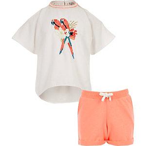 Outfit mit weißem Oberteil und Shorts
