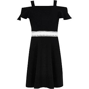 Schwarzes Bardot-Kleid mit Rüschen
