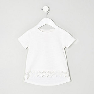 Weißes T-Shirt mit Häkelsaum