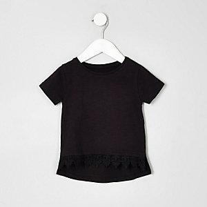 Schwarzes T-Shirt mit Häkelsaum