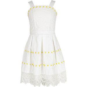 Weißes Ballkleid mit Blumenspitzensaum