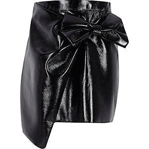 Mini-jupe en vinyle noir avec nœud fille