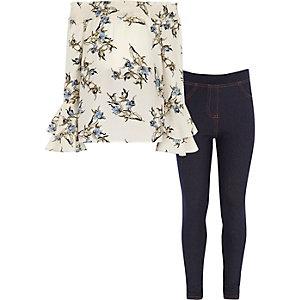 Outfit mit Jeggings und geblümtem Oberteil in Creme