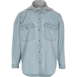 Blaues, verziertes Jeanshemd mit Kapuze