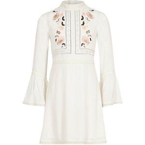 Weißes, verziertes Kleid mit Trompetenärmeln