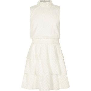 Ärmelloses, hochgeschlossenes Kleid mit Rüschen