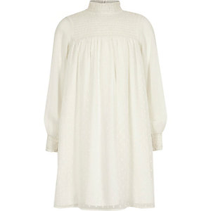 Witte hoogsluitende gesmokte jurk met A-lijn