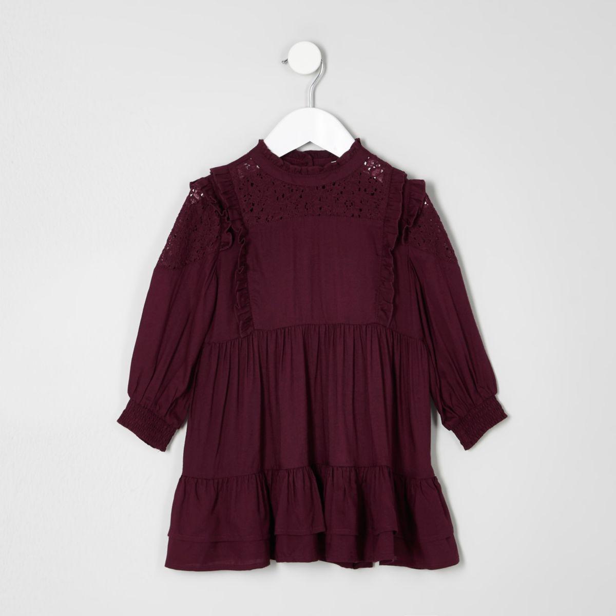 Hochgeschlossenes Kleid mit Rüschen in dunklem Lila