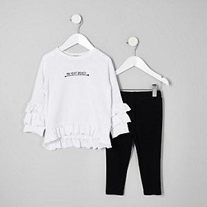 Outfit mit weißem Sweatshirt mit Rüschen