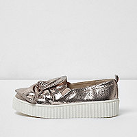 Girls gold crinkle bow plimsolls