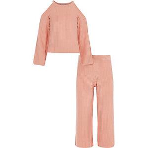 Outfit mit pinkem Strickpullover und Hosenrock