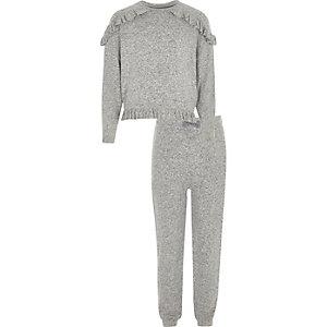 Outfit mit grauem Oberteil mit Rüschen und Jogginghose
