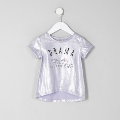 River Island T-shirt avec motif « drama queen » en sequins lilas mini fille - Description Tissu de coton de papier d'aluminium Print «Drama queen» Embellissement de paillettes Encolure ras du cou Manches courtes revers Croisement de hem