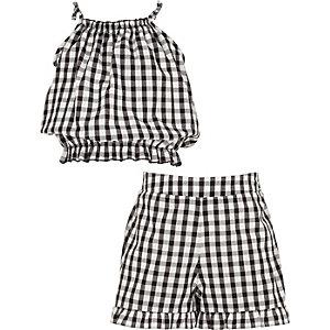 Kariertes Trägertop und Shorts als Outfit