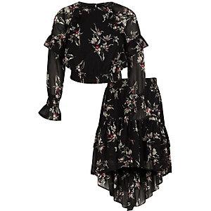 Outfit mit schwarzem, geblümtem Oberteil mit Rock