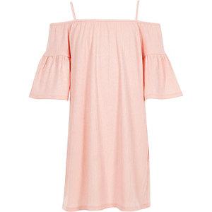 Pinkes Kleid mit Schulterausschnitten