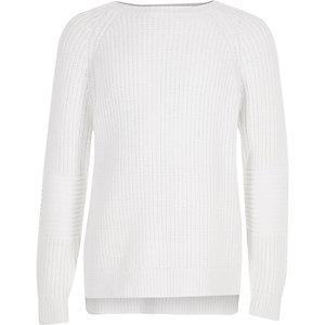 Weißer Strickpullover mit Rückenausschnitt