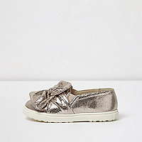 Mini girls pink metallic bow front plimsolls