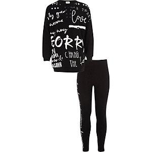 Outfit mit schwarzem Sweatshirt mit Graffiti-Print