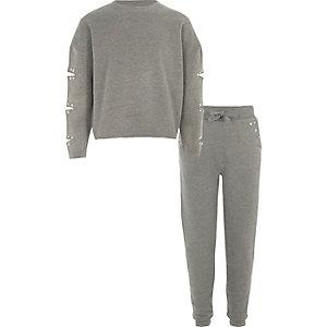 Outfit mit grau meliertem Sweatshirt und Jogginghose