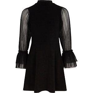 Schwarzes Kleid mit plissierten, durchsichtigen Ärmeln